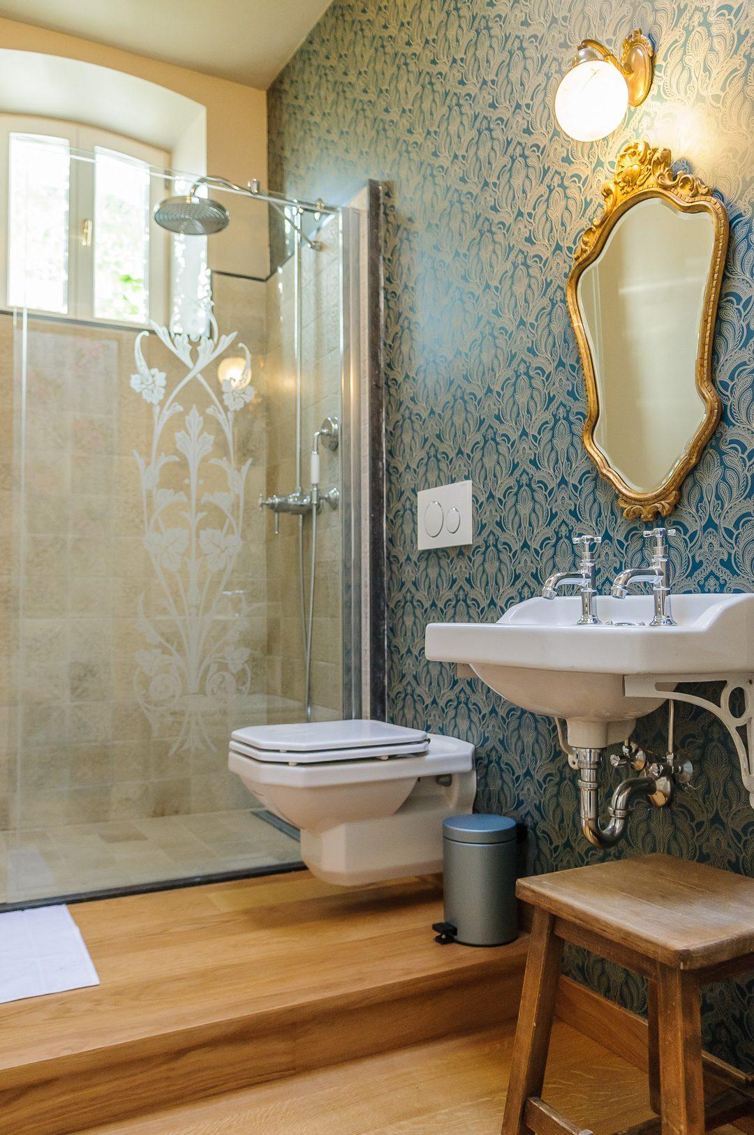Des anciennes céramiques Art Nouveau décorent la douche